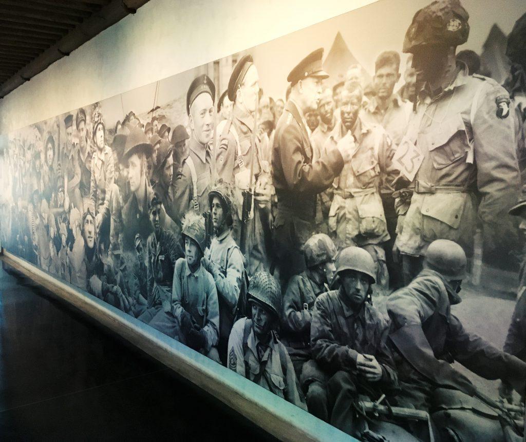 Fresque avec  photos des soldats du débarquement en Normandie, Musée de l'Armée