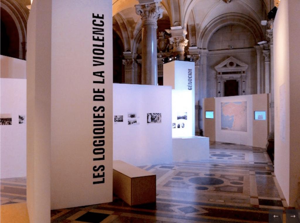 Salle de l'exposition Arménie 1915 - Les convois de la déportation. Au fond l'écran avec le film sur les Routes de la déportation