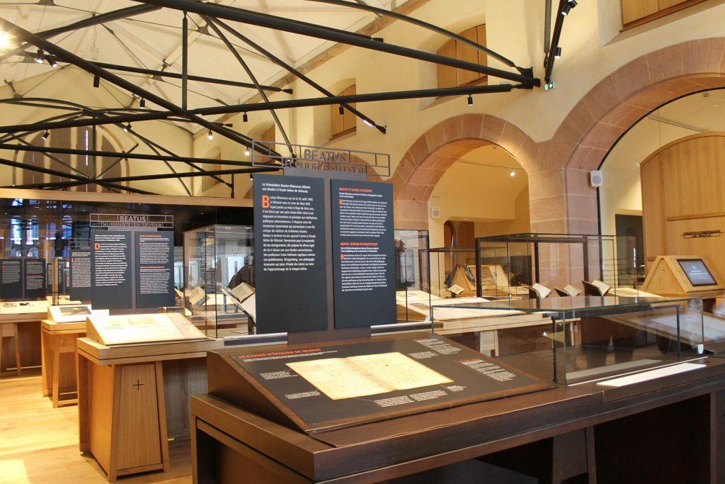 Salle de la bibliothèque Humaniste à Selestat avec le cahier de Bheatus Rhenanus