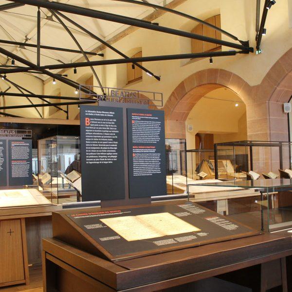 Salle de la Bibliothèque Humaniste, avec le cahier d'écolier de Beatus